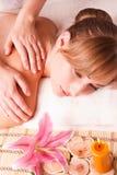 Kobiet masażu ciało w zdroju zdjęcia royalty free