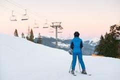 Kobiet narciarki na śnieżnym halnym cieszy się krajobrazie Widok plecy Obraz Royalty Free