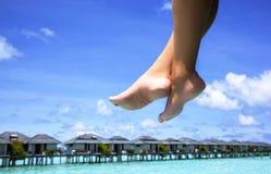 Kobiet nogi i turkusowy morze Zdjęcia Royalty Free