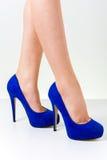 Kobiet nogi jest ubranym buty Zdjęcia Royalty Free