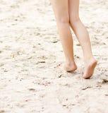 Kobiet nogi na plażowym tle Zdjęcie Stock
