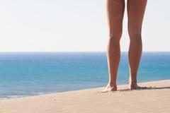 Kobiet nogi od behind odtwarzanie niebieskie morze Zdjęcia Royalty Free