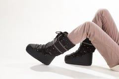 Kobiet nogi w beży spodniach i księżyc butach obrazy stock