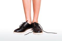 Kobiet nogi w brogue Oxford klasyka butach odwiązany shoelace Zdjęcie Stock