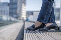 Kobiet nogi w cajgach Zdjęcie Stock