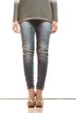 Kobiet nogi w drelichowych spodniowych szpilki butach Fotografia Stock