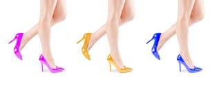 Kobiet nogi w kolorowych butach fotografia stock