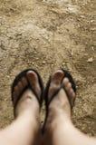 Kobiet nogi w sandałach i cieki zamazany Obrazy Stock