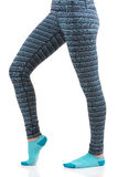 Kobiet nogi w termicznych spodniach i błękitne skarpety od bocznego widoku pozyci na jeden nodze z inny zginającym przy kolanową  Obraz Stock