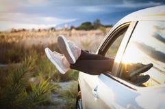 Kobiet nogi z samochodowego okno Obrazy Stock