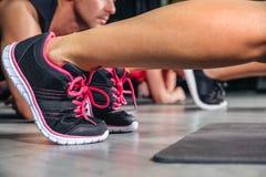 Kobiet nogi z sneakers robi sprawności fizycznych ćwiczeniom fotografia royalty free