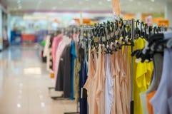 Kobiet odgórni wearclothes na stojakach w centrum handlowym Obraz Stock