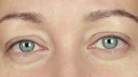Kobiet otwarci oczy i mruganie frontowa kamera Zamyka w górę twarzy dorosłej kobiety mruga oko zbiory