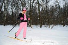 kobiet parkowi narciarscy uśmiechnięci potomstwa obraz stock