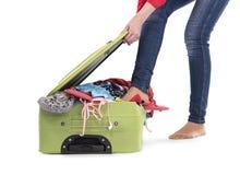 Kobiet pchnięć footed rzeczy w walizce zdjęcia stock