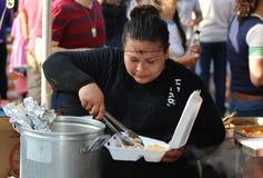 Kobiet pełnie Wynosili pudełko przy Meksykańskim Ulicznym festiwalem w Chicago fotografia royalty free
