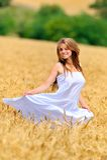 kobiet piękni śródpolni złoci pszeniczni potomstwa Zdjęcia Stock
