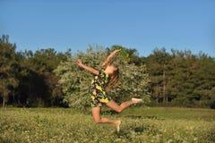kobiet piękni kwitnący skokowi łąkowi potomstwa zdjęcie stock