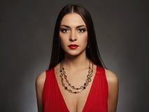 kobiet piękni seksowni potomstwa Piękno dziewczyna jest ubranym biżuterię Elegancka dama w czerwieni sukni zdjęcia royalty free