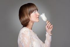 kobiet piękni tulipanowi potomstwa zdjęcie royalty free