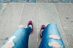 Kobiet piękne nogi na asfalcie Zdjęcia Stock
