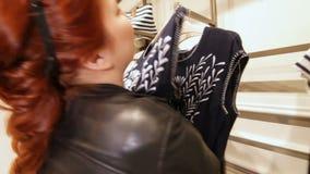 Kobiet podejścia Szelfowi z Odziewają uściśnięcia błękita suknię zdjęcie wideo