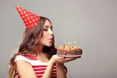 kobiet podmuchowe świeczki podmuchowy Zdjęcia Royalty Free