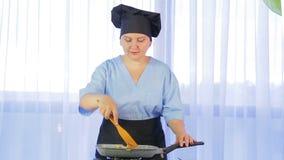 Kobiet porywający warzywa smażyli w niecce z kurczakiem Czas?w podo?ki zbiory