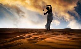kobiet pustynni piaskowaci potomstwa obraz stock