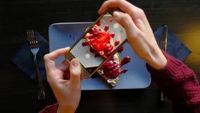 Kobiet ręki używa smartphone biorą fotografię piękny apetyczny deser zbiory wideo