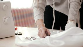 Kobiet ręki z markierem rysują na tkaninie zbiory