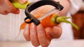 Kobiet ręk łupy świeża marchewka - zamyka w górę, kamery obruszenie zdjęcie wideo
