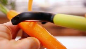 Kobiet ręk łupy marchewka - zamyka w górę, jaźni perspektywa zdjęcie wideo