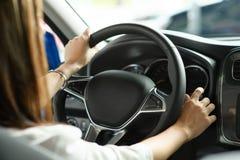 Kobiet ręk chwyt toczy wewnątrz nowego samochód zdjęcia stock