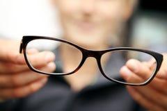 Kobiet ręk chwyta eyeglasses przed ona zdjęcie royalty free