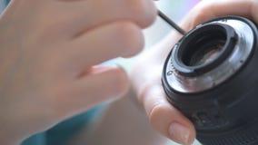 Kobiet ręk kamery remontowy obiektyw zbiory