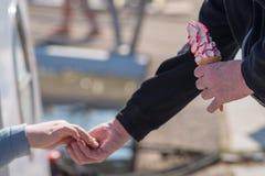 Kobiet ręk mężczyzna zmiana po tym jak kupuje batożącego lody Fotografia Stock