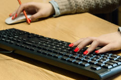 Kobiet ręk pisać na maszynie Fotografia Royalty Free