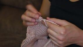 Kobiet ręk zamknięty up dzianie zbiory