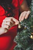 Kobiet ręki dekorują z choinką Zdjęcie Royalty Free