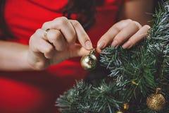 Kobiet ręki dekorują z choinką Obraz Royalty Free