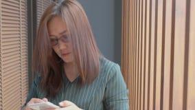 Kobiet ręki i spacer używać smartphone w ministerstwo spraw wewnętrznych zdjęcie wideo