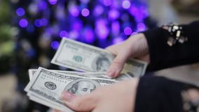 Kobiet ręki liczy dolary na tle choinka Czas kupować wakacyjnych prezenty zbiory wideo