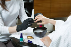 Kobiet ręki otrzymywa manicure i gwóźdź opieki procedury zakończenie up Obraz Stock