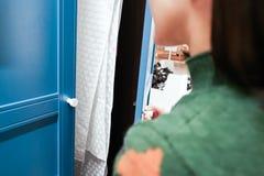 Kobiet ręki otwierają spiżarnię, gabinetowego drzwi/, błękitny drewniany drzwi Obrazy Stock
