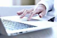 Kobiet ręki pisać na maszynie na laptopu trackpad obrazy stock
