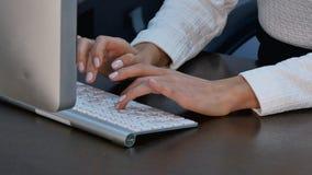 Kobiet ręki pisać na maszynie przy biurem Obraz Stock