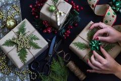 Kobiet ręki przygotowywa boże narodzenia lub nowego roku dekorowali prezenta pudełko zdjęcie stock