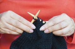 Kobiet ręki robią kapeluszowemu dzianiu Zdjęcie Royalty Free