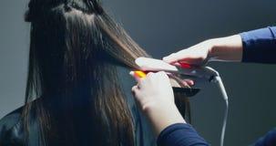 Kobiet ręki robią włosy save procedurze Elektryczny instrument włosiany odzyskiwanie z czerwonym neonowym światłem zbiory